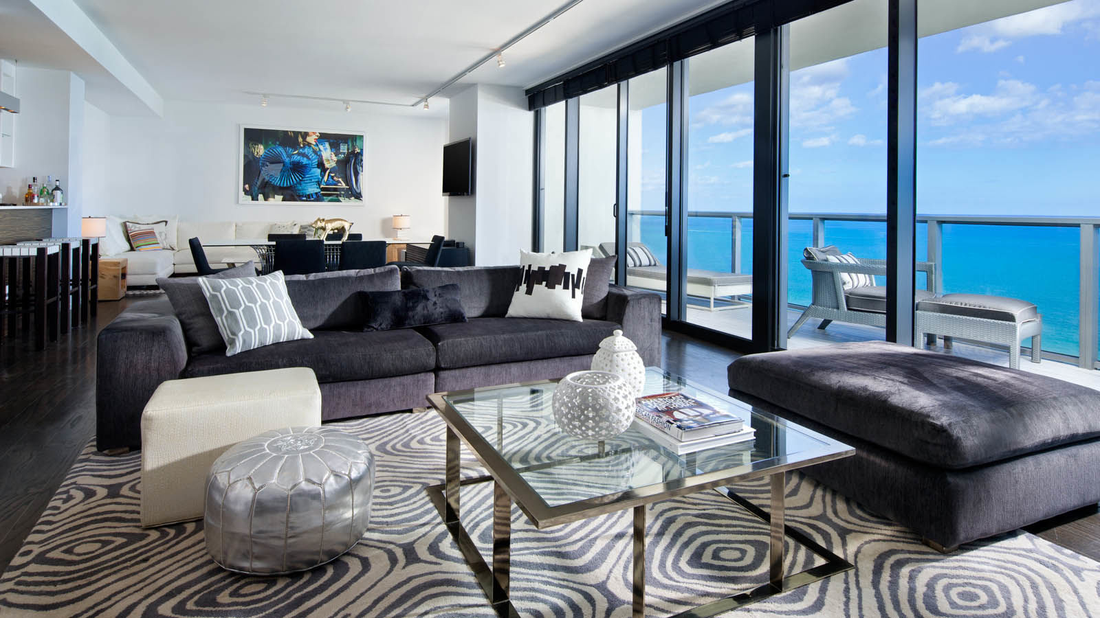 E-WOW Oceanfront Suite with balcony